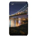 Puente de Manhattan en la noche iPod Case-Mate Cárcasas