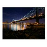Puente de Manhattan en la noche Postal
