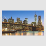 Puente de Manhattan y de Brooklyn en la oscuridad Pegatina Rectangular