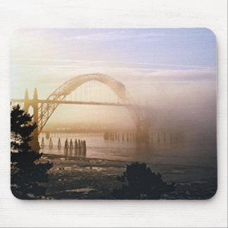 Puente de niebla alfombrillas de ratón
