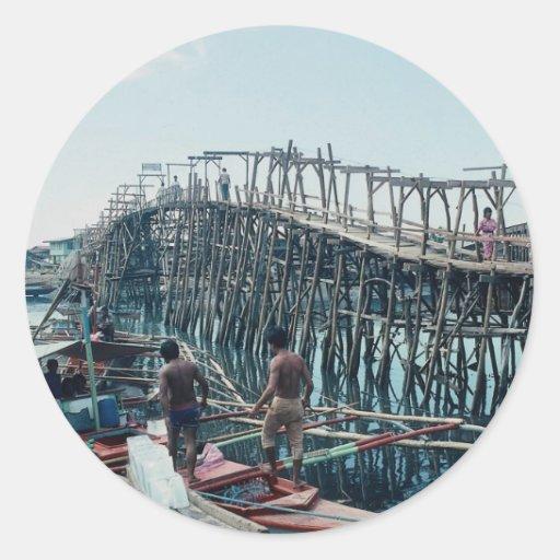 Puente de peaje de bambú y de madera, Davao, Pegatina Redonda