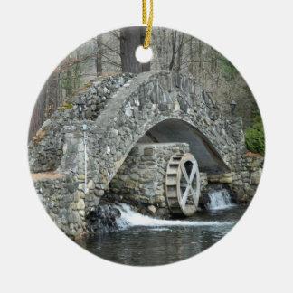 Puente de piedra de Nueva Inglaterra Adorno Navideño Redondo De Cerámica