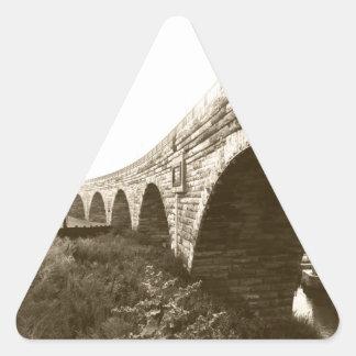 Puente de piedra del arco pegatina triangular