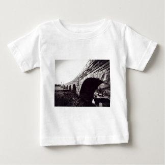 Puente de piedra del arco camiseta