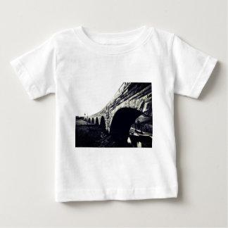 Puente de piedra del arco tshirts