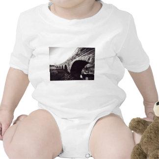 Puente de piedra del arco traje de bebé
