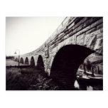 Puente de piedra del arco postal