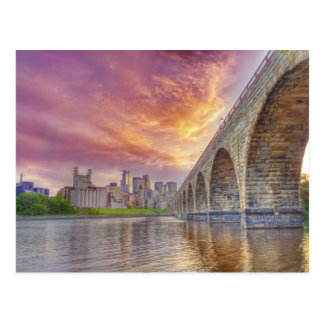 Puente de piedra del arco postales