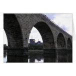 Puente de piedra del arco tarjeton