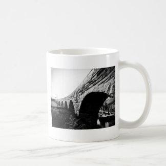 Puente de piedra del arco taza clásica