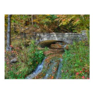Puente de piedra en postal del otoño