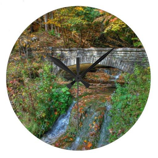 Puente de piedra en reloj del otoño