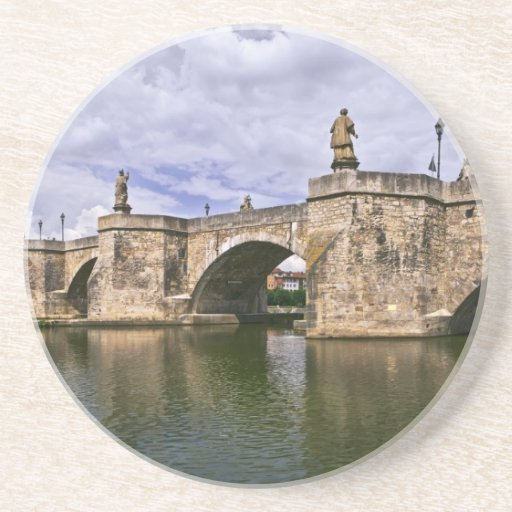 Puente de piedra viejo en la fotografía de Alemani Posavasos Cerveza