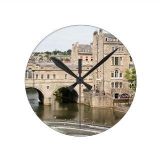 Puente de Pulteney, río de Avon, baño, Inglaterra Reloj Redondo Mediano