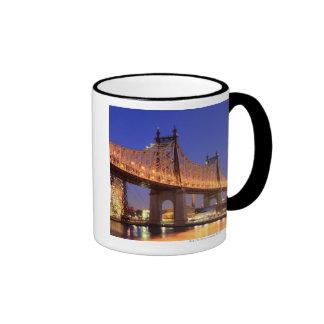 Puente de Queensboro y el East River Taza De Dos Colores