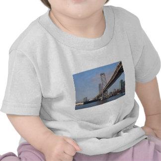 Puente de San Francisco Bay en una mañana soleada Camisetas