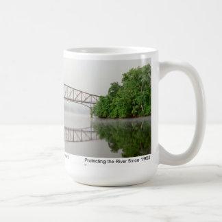 Puente de Schell en niebla del amanecer Tazas