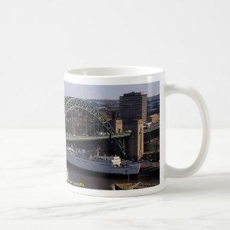 Puente de Tyne que mira hacia Gateshead, Newcastle Tazas De Café