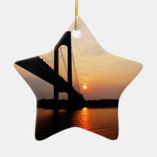Puente de Verrazano en el amanecer Adorno