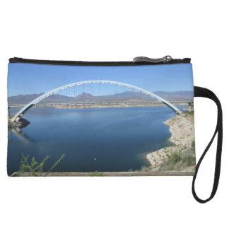 Puente del arco del lago roosevelt