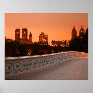 Puente del arco en el crepúsculo en Central Park,  Póster