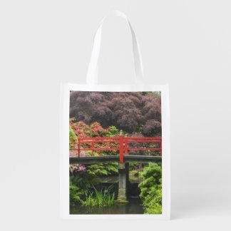 Puente del corazón con rododendros florecientes, bolsa reutilizable