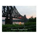 Puente del ferrocarril en la puesta del sol postal