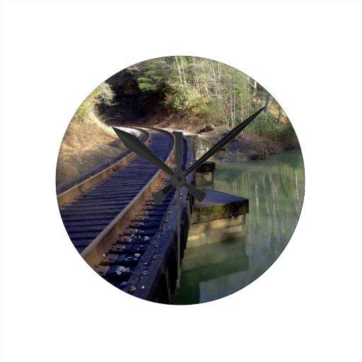 Puente del ferrocarril reloj redondo mediano
