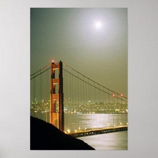 Puente del GG conforme al claro de luna-poster