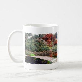 puente del jardín taza de café