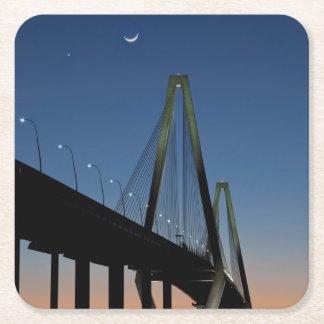 Puente del Jr. de Arturo Ravenel en la oscuridad Posavasos Desechable Cuadrado