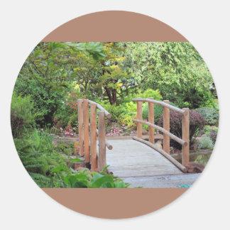 Puente del pie en paisaje pegatina redonda