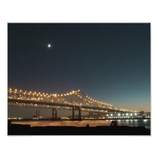 Puente del río Misisipi en la noche Impresiones Fotográficas