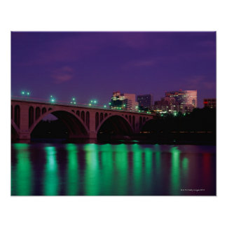 Puente dominante que cruza el río Potomac Póster