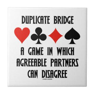 Puente duplicado un juego que socios conformes azulejo cerámica