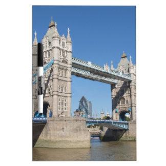 Puente el río Támesis Londres de la torre Pizarra Blanca