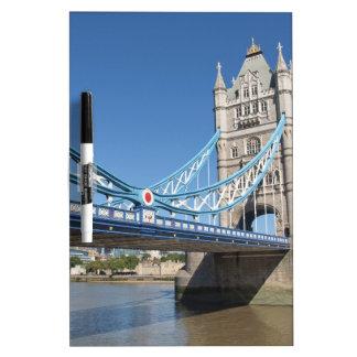 Puente el río Támesis Londres de la torre Pizarras