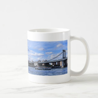 Puente, Empire State Building y barco de Manhattan Taza Básica Blanca