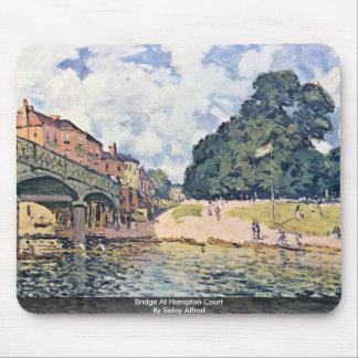 Puente en el Hampton Court por Sisley Alfred Alfombrilla De Ratón