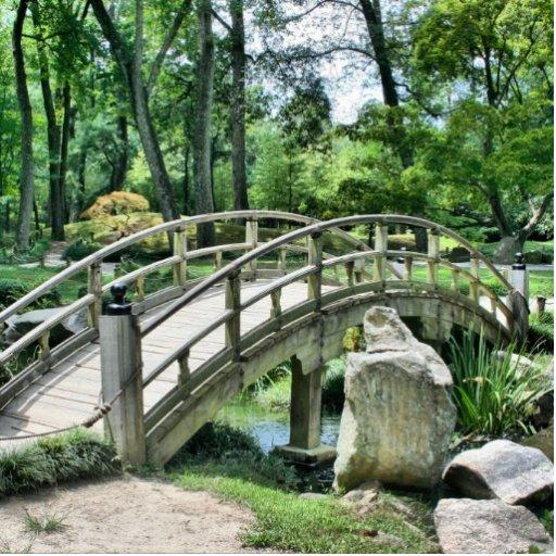 Puente en el jardín fotoescultura vertical