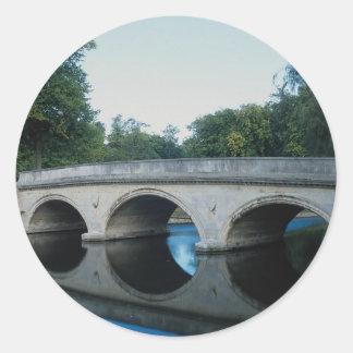 Puente en la leva del río, universidad de la pegatinas redondas