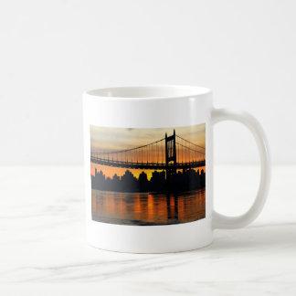 Puente en la puesta del sol taza clásica
