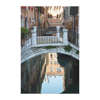 Puente en los edificios de Venecia reflejados en Impresión En Lienzo