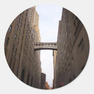 Puente entre dos rascacielos, New York City Pegatina Redonda