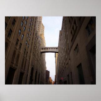 Puente entre dos rascacielos, NYC, todos los tamañ Poster