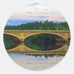 Puente fuera de la ciudad pegatinas redondas