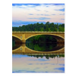 Puente fuera de la ciudad tarjeta postal