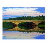 Puente fuera de la ciudad tarjetas postales