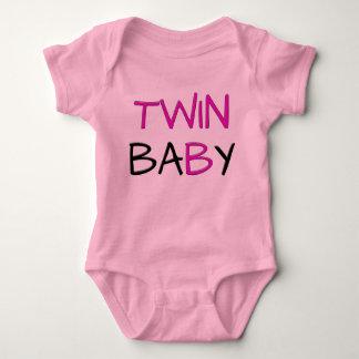 Puente gemelo de los rosas bebés camisas