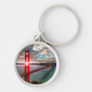 Puente Golden Gate con Sun que brilla a través Llavero Redondo Plateado